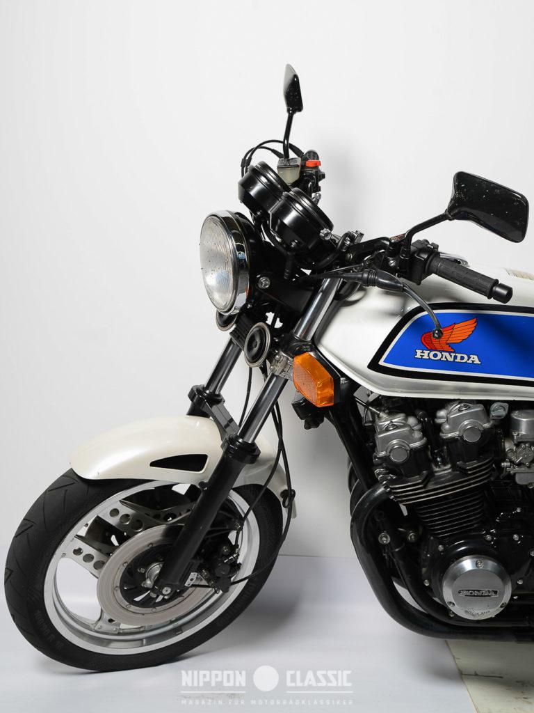 Vorn verzögerte eine Doppelscheibenbremse die Honda CB 900 F Bol d'or