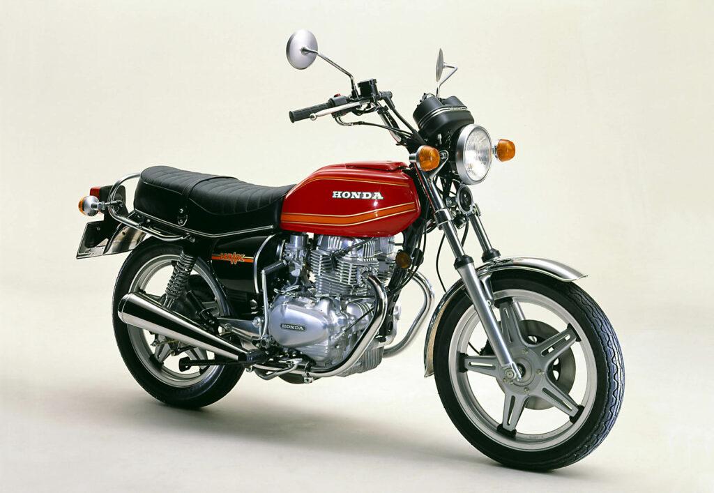 Ab 1978 gab es schwarze Seitendeckel für die Honda CB 250 T