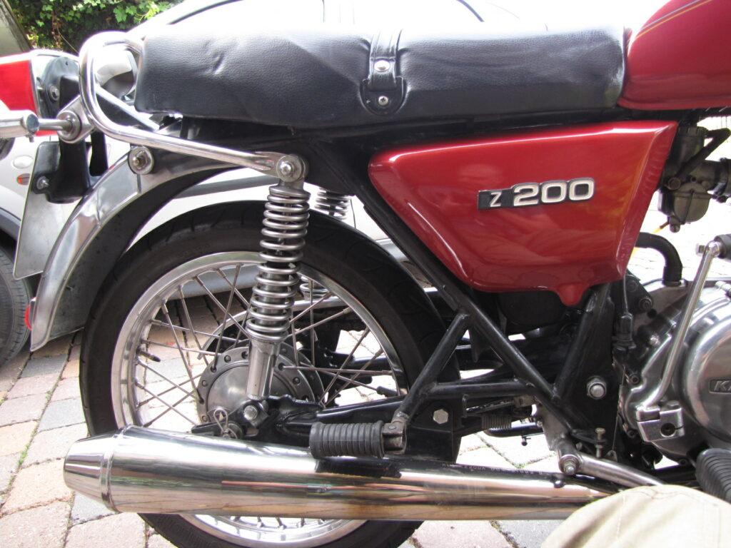 Verstellbare Federbeine hinten an der Kawasaki Z 200