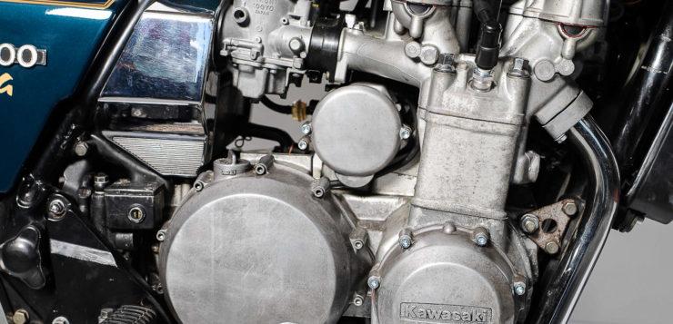 Blick auf die Transistorzündung (vorn) und Kupplung (hinten)