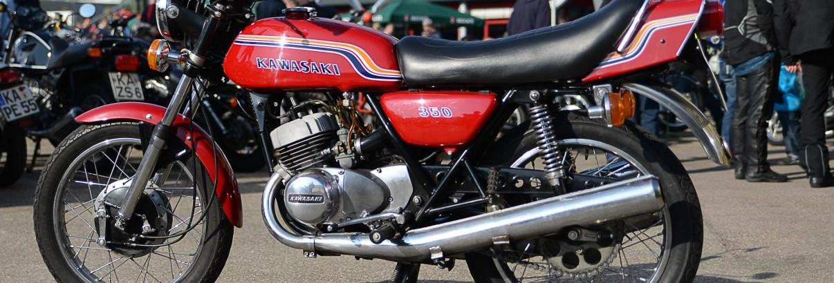 Kawasaki 250 S1 – Volle Kraft aus drei Rohren