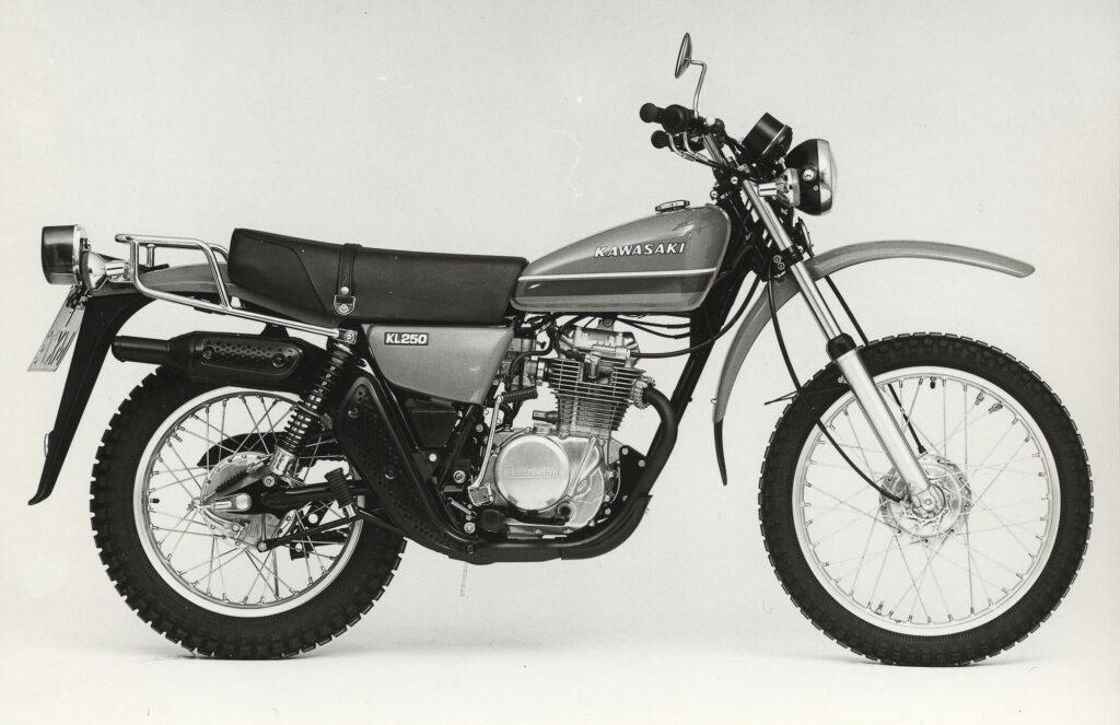 Deutsche Behörden schrieben für die Kawasaki KL 250 ein langes Schutzblech hinten vor