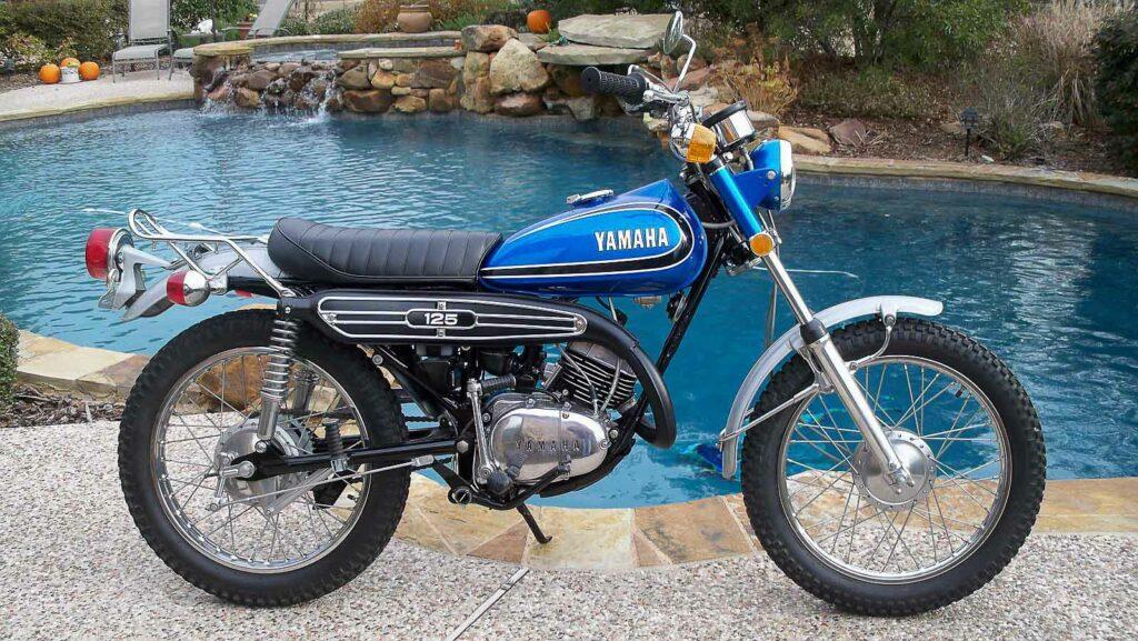 Trotz Sozius-Fußrasten war die Yamaha AT 125 als Solo-Maschine ausgelegt