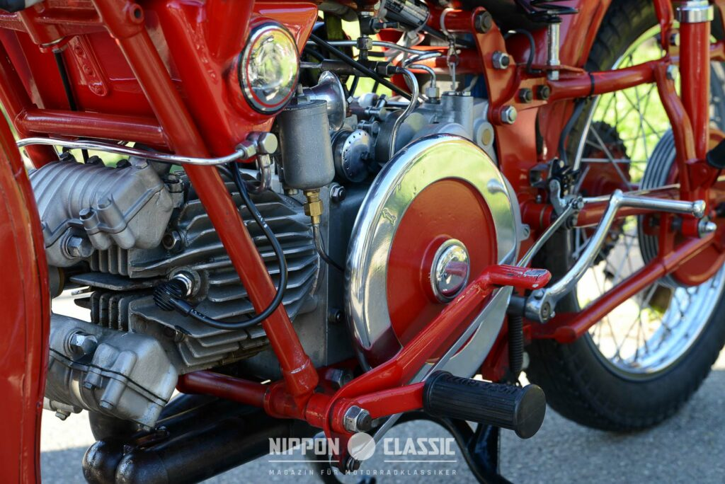Großes Schwungrad und gerippte Zylinder an der Moto Guzzi Falcone 500
