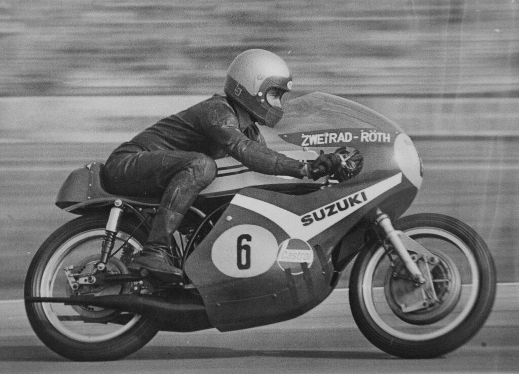 Rennfahrer Lothar John auf einer 500er Suzuki