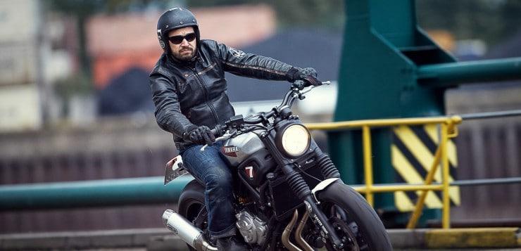 Zum schlichten Custom-Bike von JvB-moto veredelt