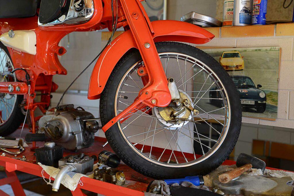Die Räder der Honda C110 sind Lizenzteile aus Thailand
