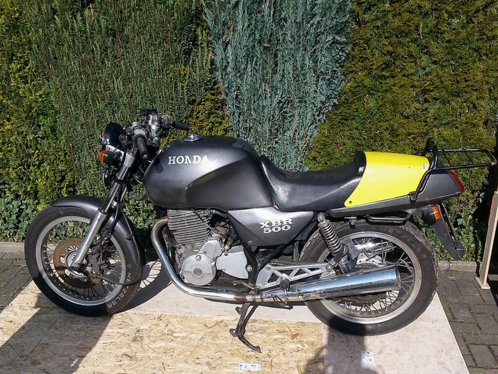 Die Basis stellte eine ranzige Honda XBR 500