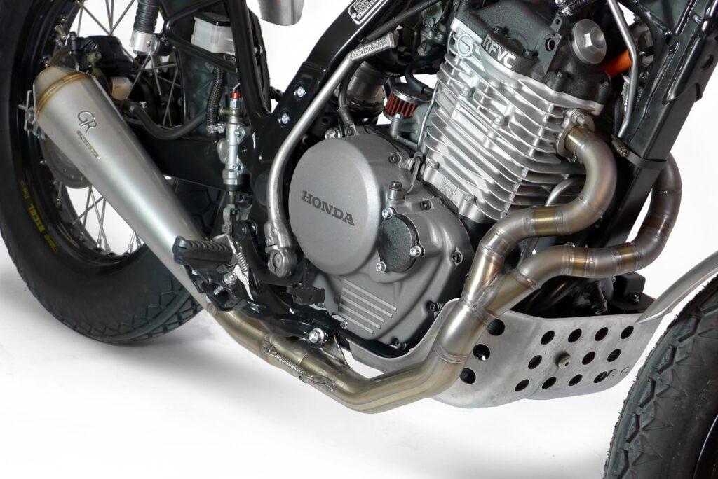 Sieht super aus: dreifarbiger Honda-Motor: schwarz, silber, grau