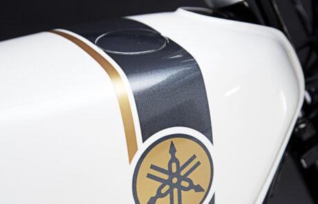 Die schlichte Weißlackierung steht dem RD 250 Café Racer exzellent
