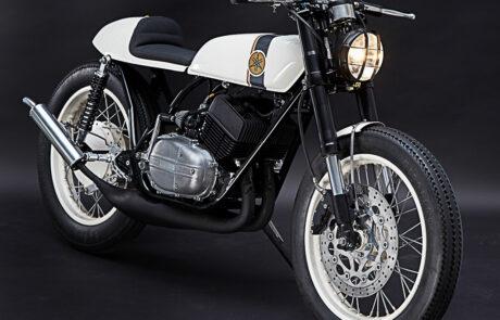 Yamaha RD 250 Café Racer gefällt aufgrund einer harmonischen Farbgestaltung