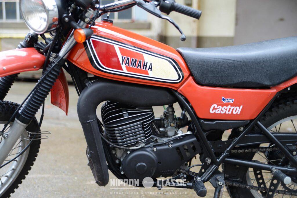 Eng verlegte Auspuffanlage der Yamaha Enduro