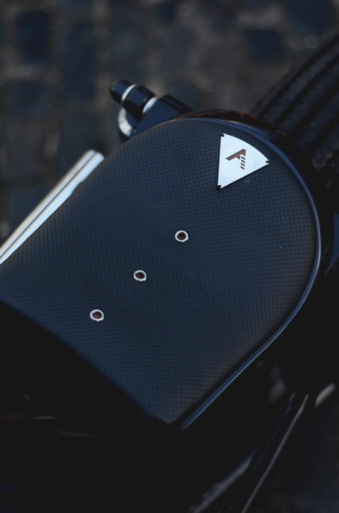 Der Type 8 Sitz aus perforiertem Leder mit Applikationen