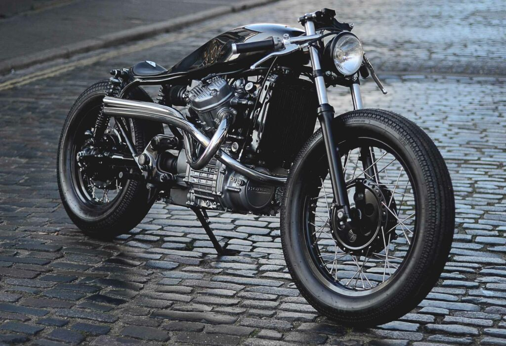 Der tiefe Lenker sorgt für eine lässige Position auf dem Custom Bike