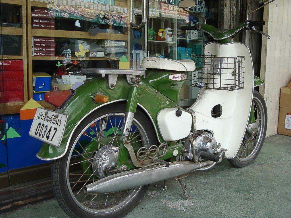 In Asien ist die Honda Super Cub ist ein gängiges Transportmittel