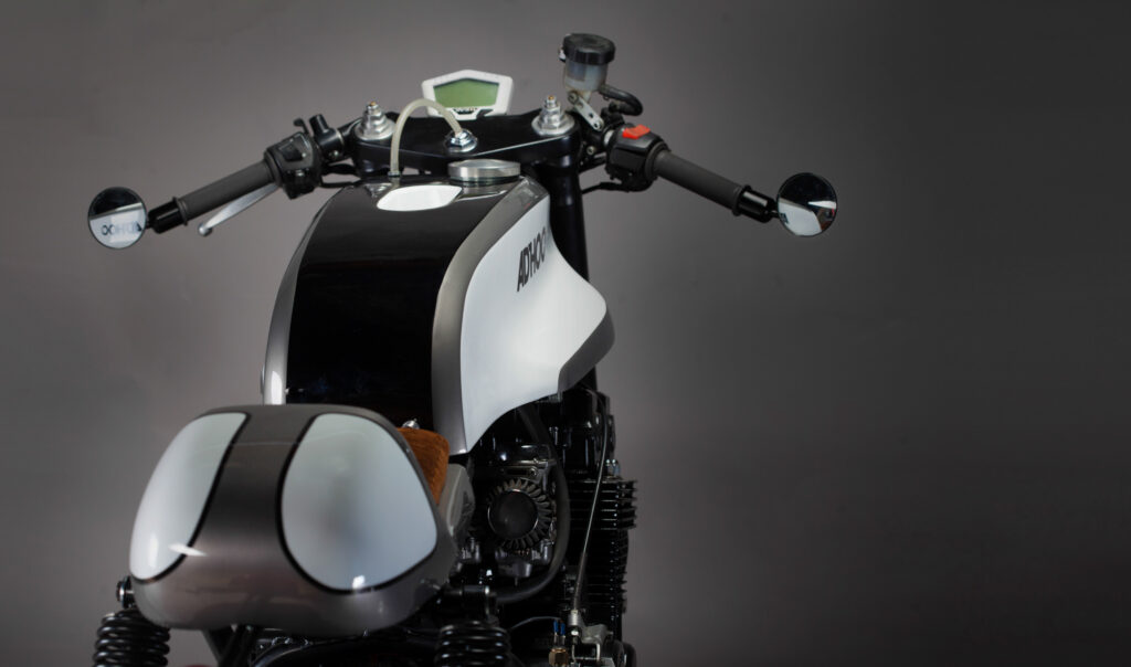 Honda CB 750 Café Racer bekam eine akzentuierte Lackierung in Weiß und Grau-Metallic