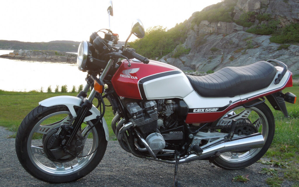 Honda CBX550F in rot/weißer Lackierung