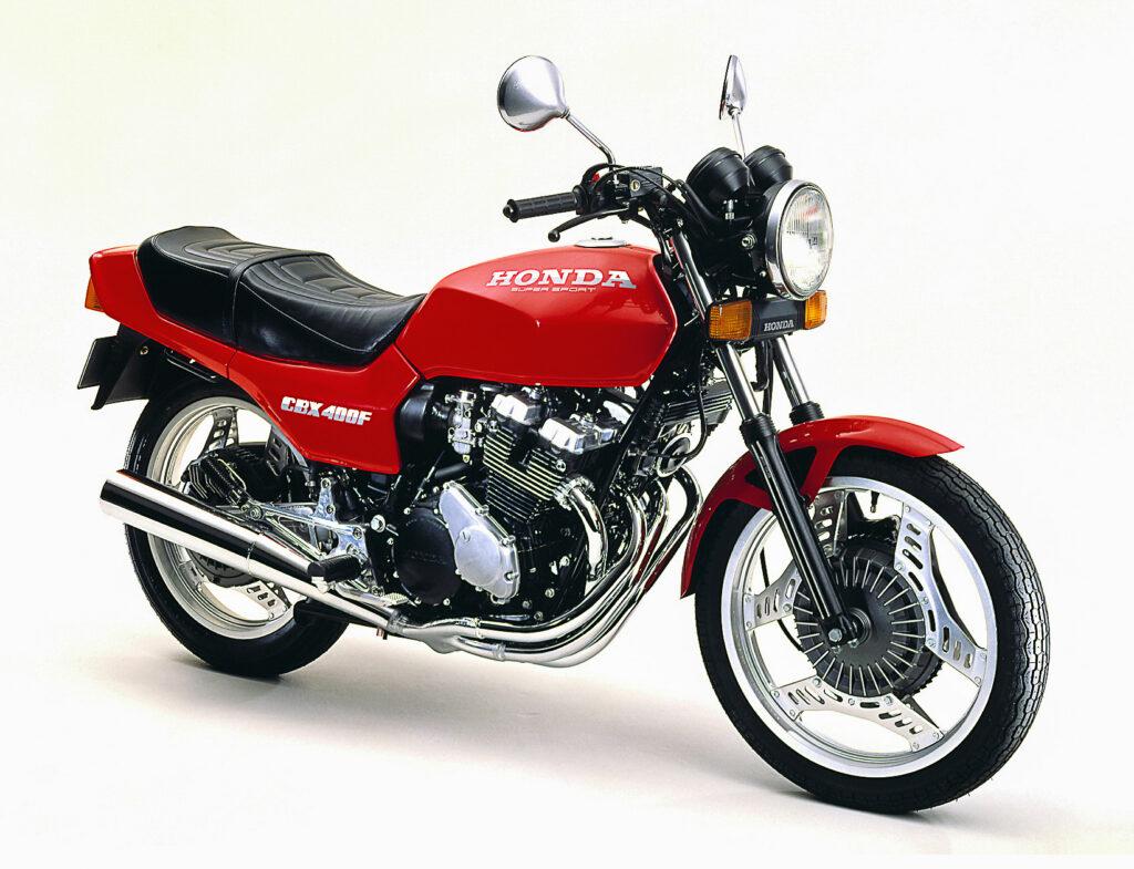 Neben zweifarbigen Lackierungen gab es die Honda CBX 400F auch in rot-uni