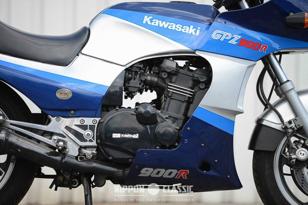 Der GPZ 900 R Motor wird von 4 Keihin-Vergasern befeuert