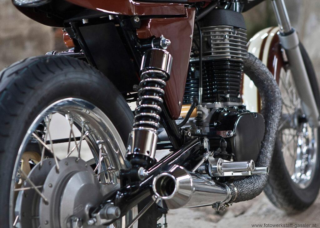 Vorn wie hinten rollt der Suzuki Caferacer auf 18 Zoll-Rädern
