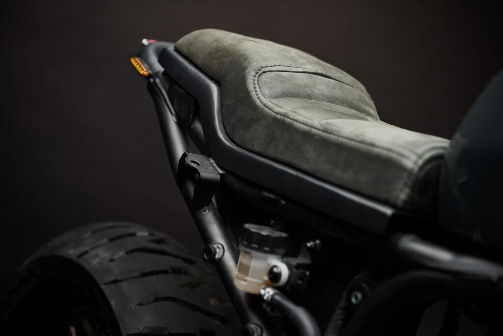 Die Yamaha XSR700 bekam eine feine Ledersitzbank