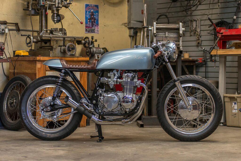 Der Honda CB 550 Caferacer ist farblich von einem Ford Falcon von 1964 inspiriert