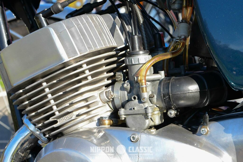 Der Kawasaki H1-Motor wird von drei Mikunis gespeist