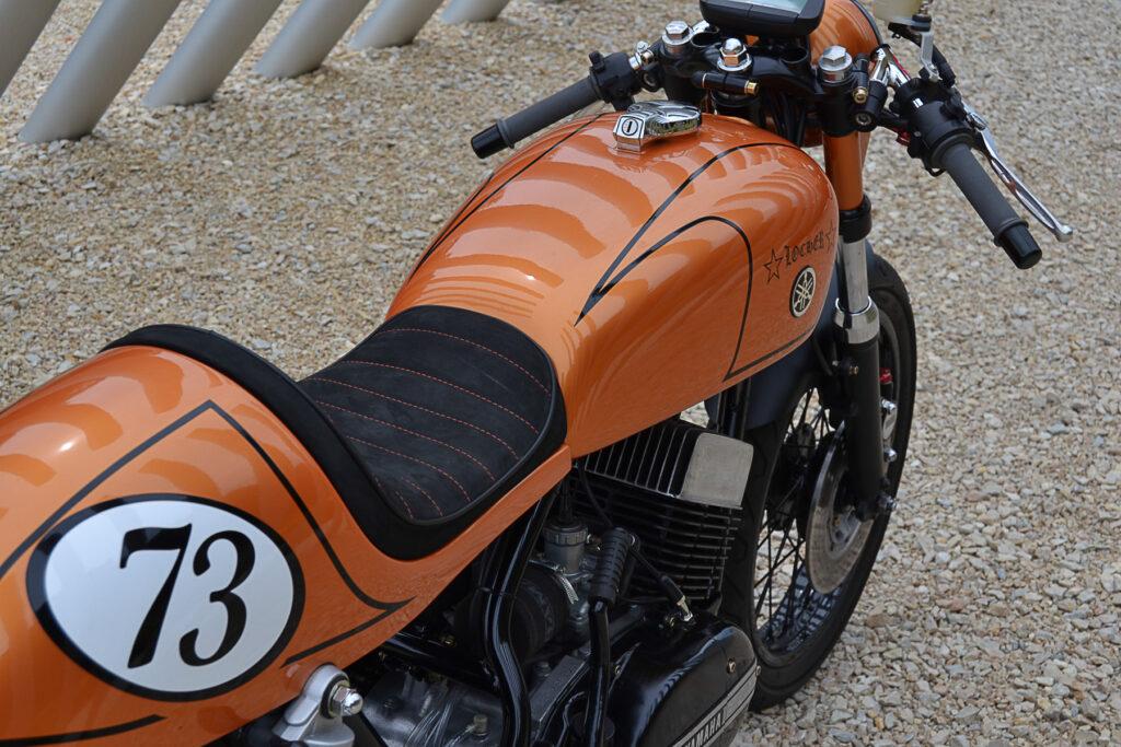Den 1973 Yamaha RD 250 Café Racer ziert eine Büffelleder-Sitzbank