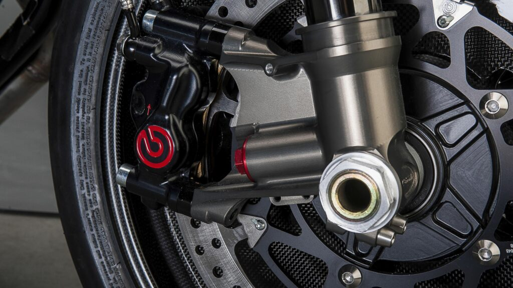 Brembo-Bremsen und superleichte Carbon-Felgen mit Pirelli Diablo Supercorsa Reifen ...