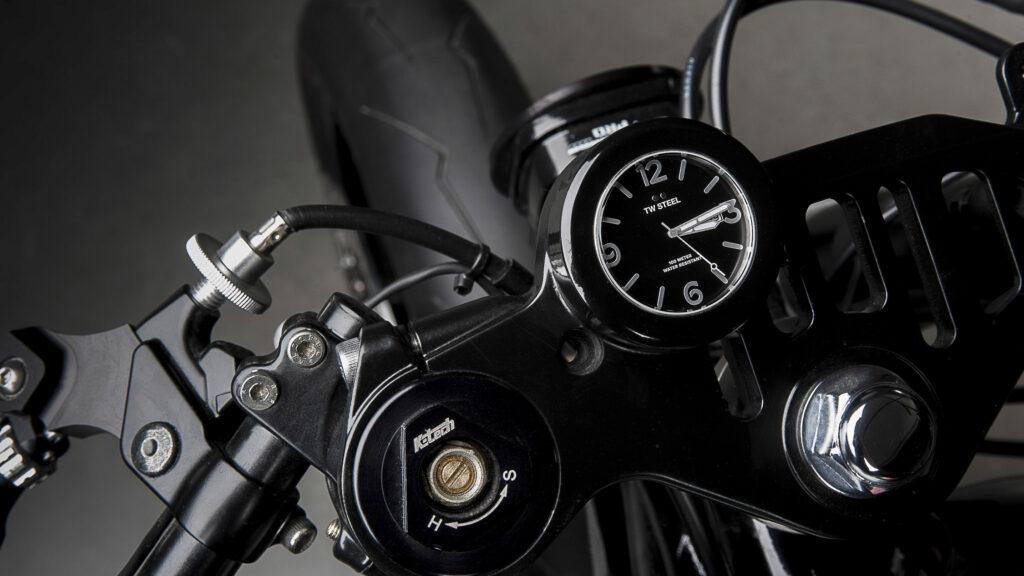 Cockpit mit TW Steel Uhr