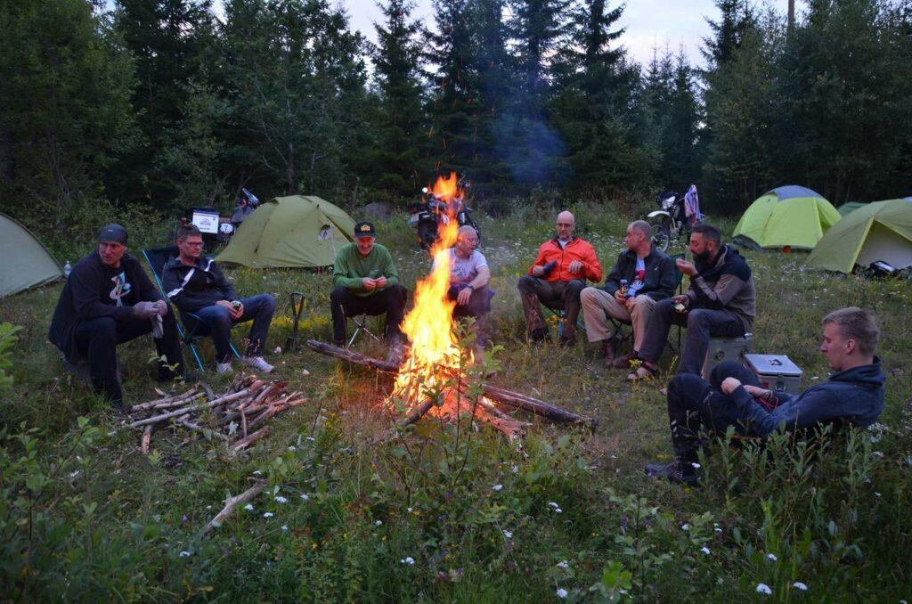 Tagesausklang der XT-Fahrer am Lagerfeuer mit Freunden