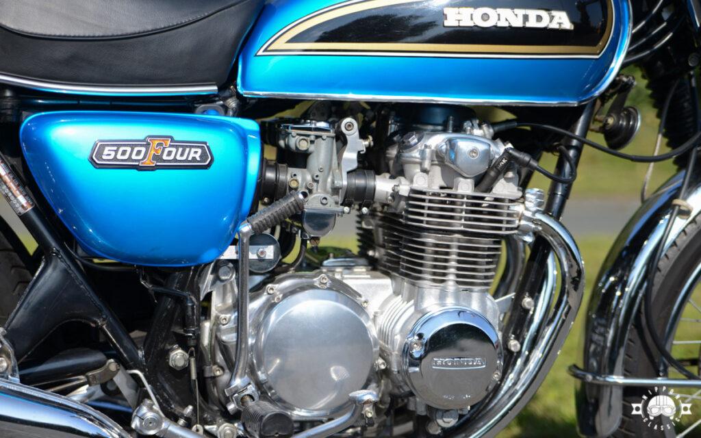 Das Honda CB 500 Four Triebwerk mit senkrecht stehenden Zylindern