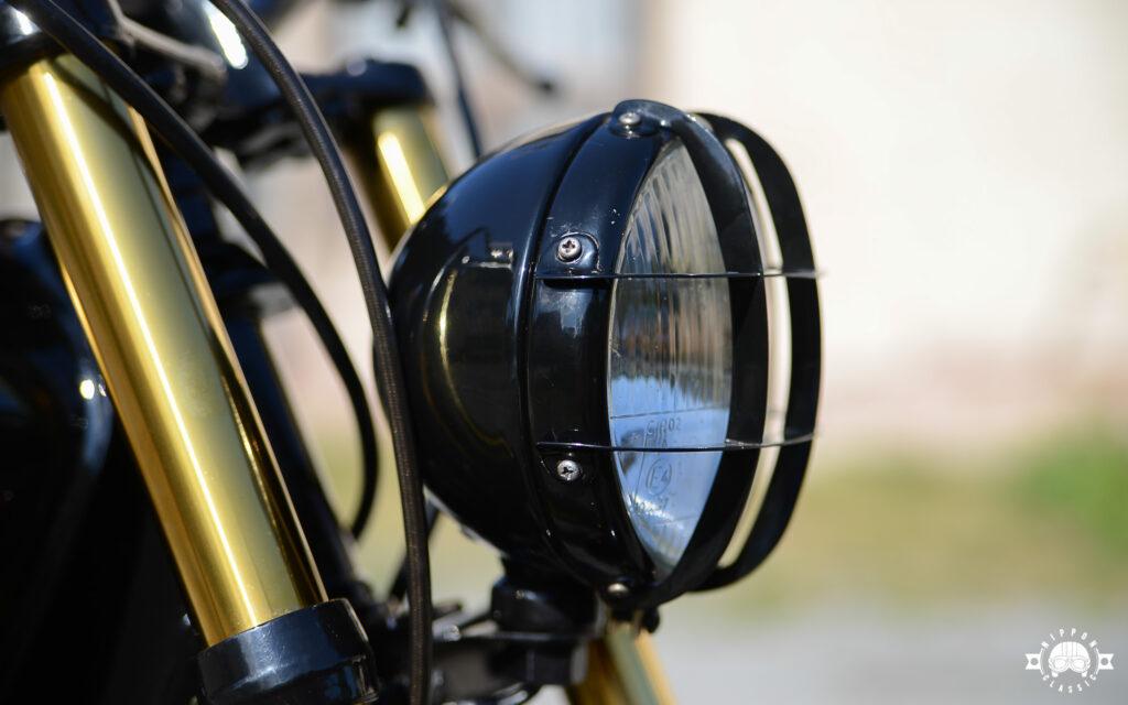 """Ein kleiner Scheinwerfer perfektioniert den Scrambler-Look an der W650 """"Golden Ei"""""""