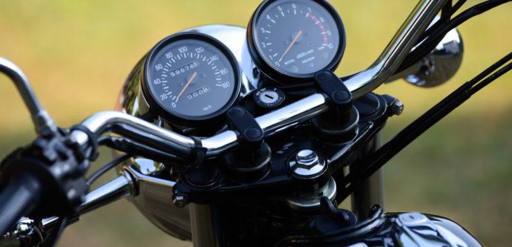 Klassische Rundinstrumente mit Chromeinfassung zieren die Yamaha SR 500