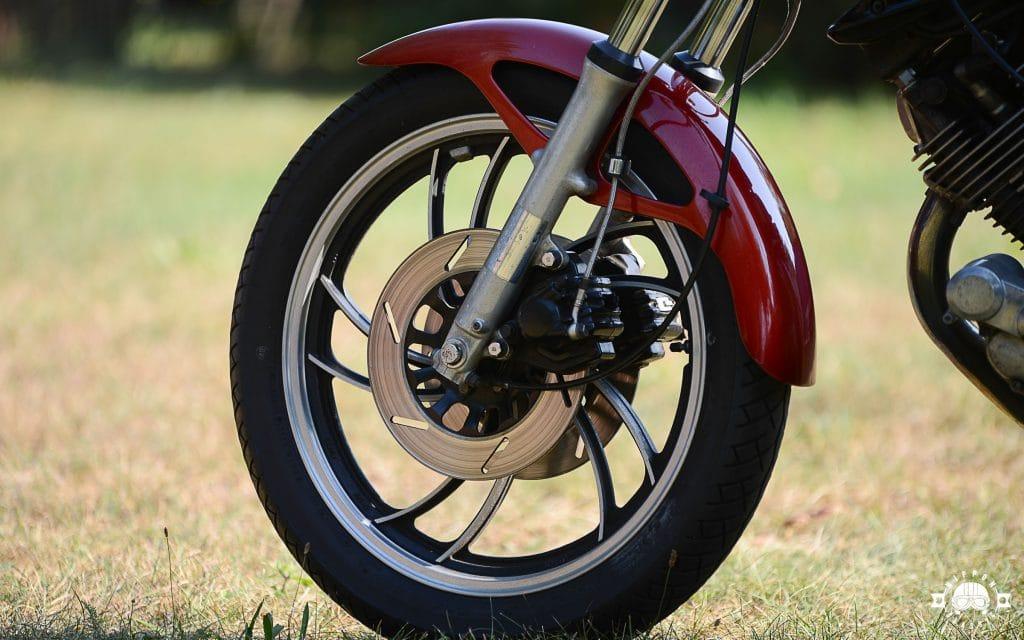 Anders als die Yamaha XV 750 hatte die TR1 eine Doppelscheibenbremsanlage