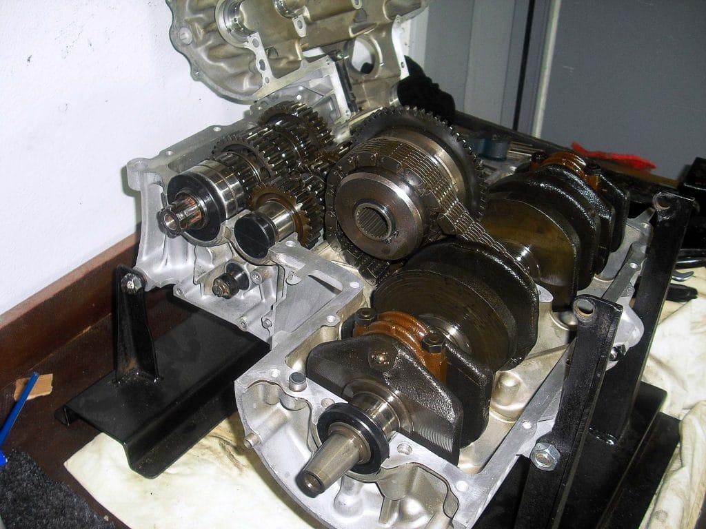 Auch das Getriebe des Honda-Motors brauchte Zuwendung (Quelle: R. Pardeyke)