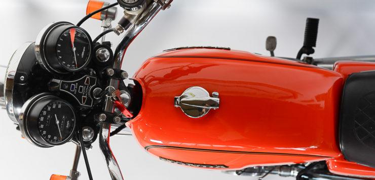 Die Honda CB500 baut sehr schlank