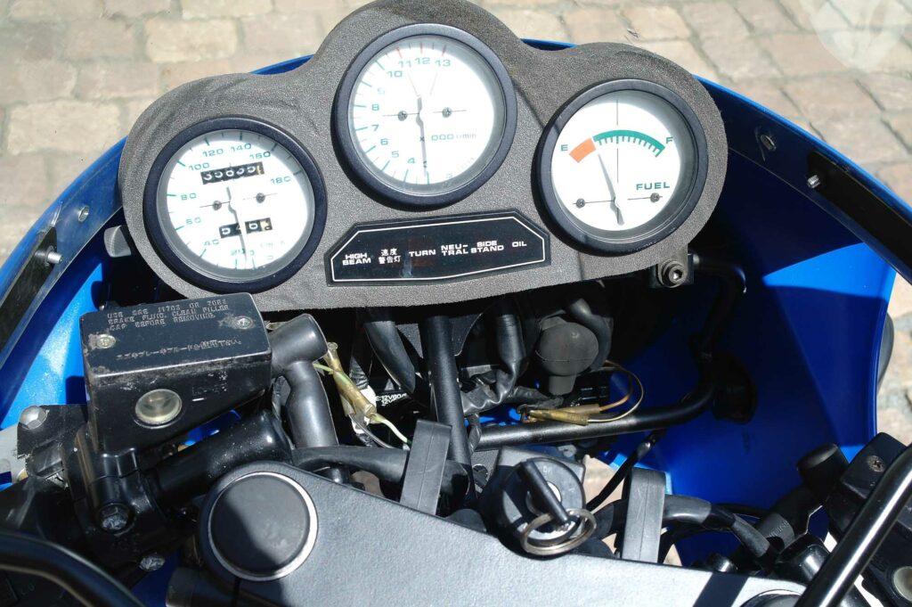 Blick in das übersichtliche Cockpit der Suzuki GSX-R750