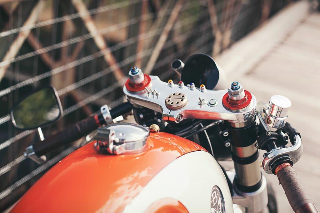 Oben trägt die Yamaha XV 750 Orange Projekt eine modifizierte Gabelbrücke der Ducati 916