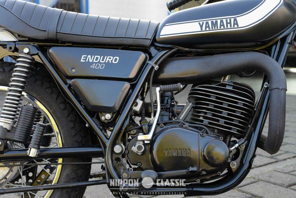 Die Auspuffanlage der Yamaha DT 400  ist geschickt verlegt