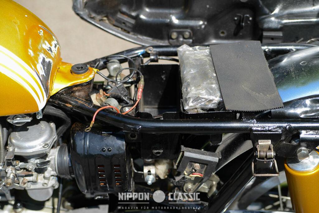 XS1 Einblick: Luftfilter links und Batterie (fehlt)