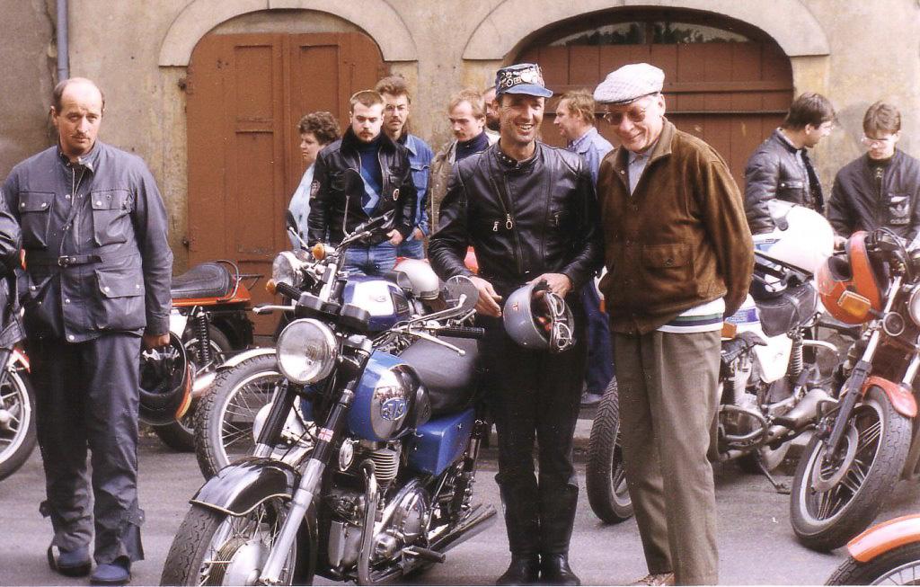 """Noch in der DDR besuchte Ernst Leverkus erstmalig im September 1989 das Motorradfahrertreffen in Zittau, wenn man so will in """"geheimer Mission"""". Er steht neben Jürgen Kießlich als Fahrtleiter mit seiner AJS Spring Twin, diese war eine Rarität in der DDR."""