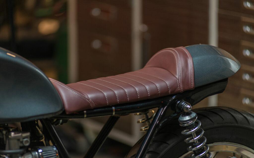Kott Motorcycles spendierte einen kastanienbraunen Sitz in Sattelform als Kontrast