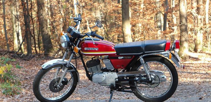 Die Suzuki GP 125 ist die ideale Begleiterin auf kurzen Touren
