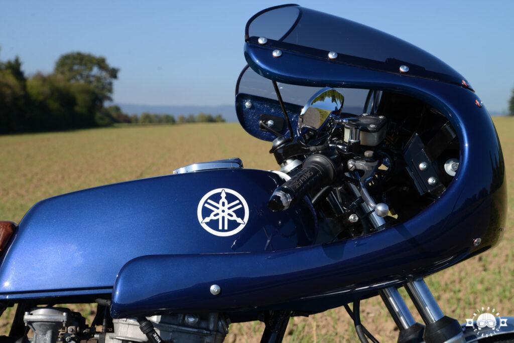 Die Royal-blaue Yamaha XS 360 mit weißen Applikationen
