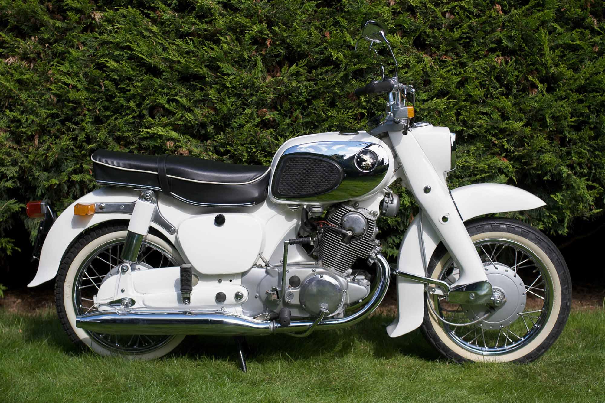 Touring-Modell in weiß: Honda CA 72 Dream (Quelle: Bonhams)