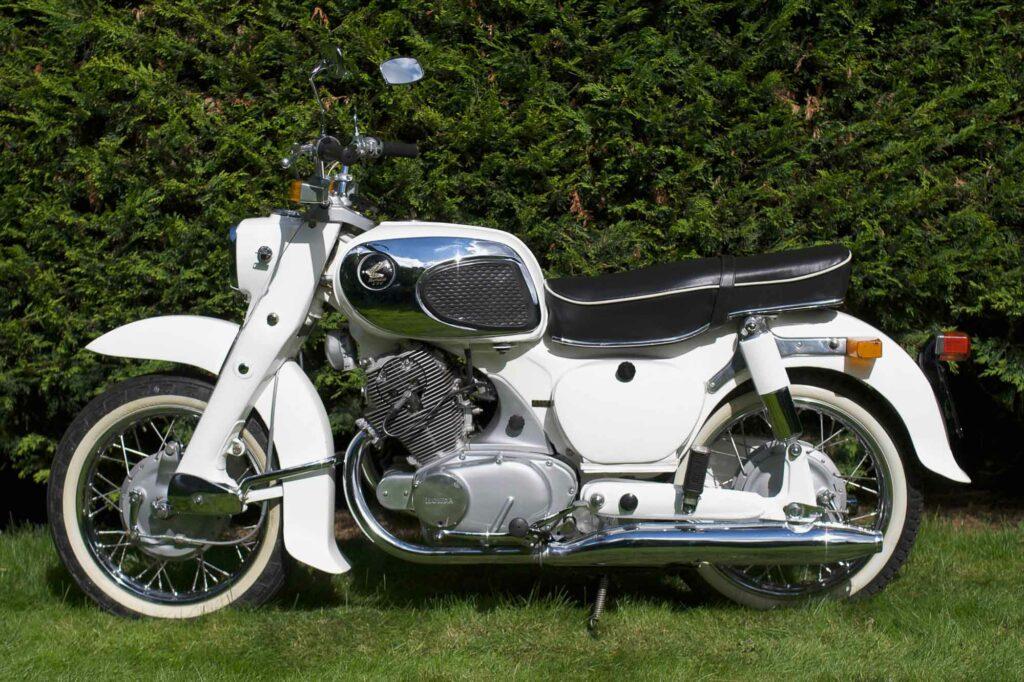 Touring-Modell in weiß: Honda CA 72 Dream