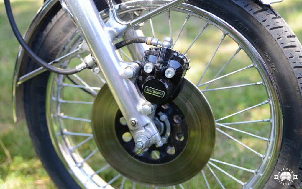Die vordere Scheibenbremse arbeitete - anders als bei der Honda CB 200 - hydraulisch
