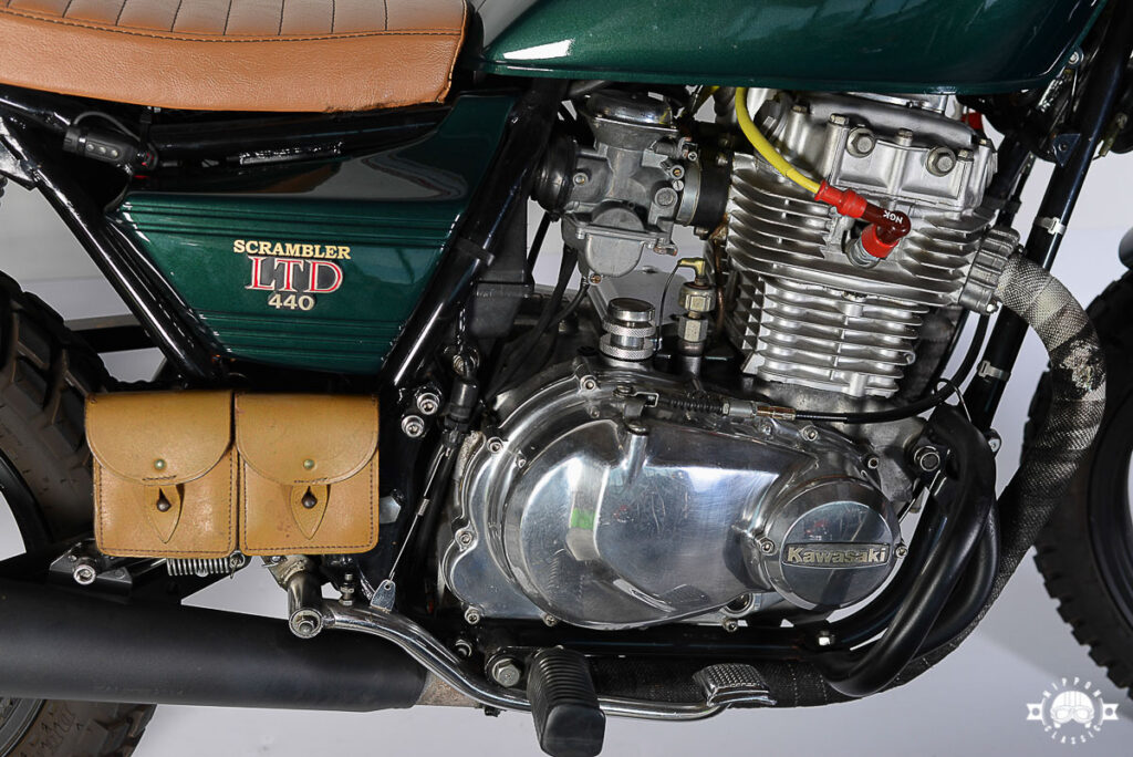 Die Farbkombination aus Porsche Racing Green und hellbraunem Leder stehen dem Kawasaki Scrambler ausgezeichnet