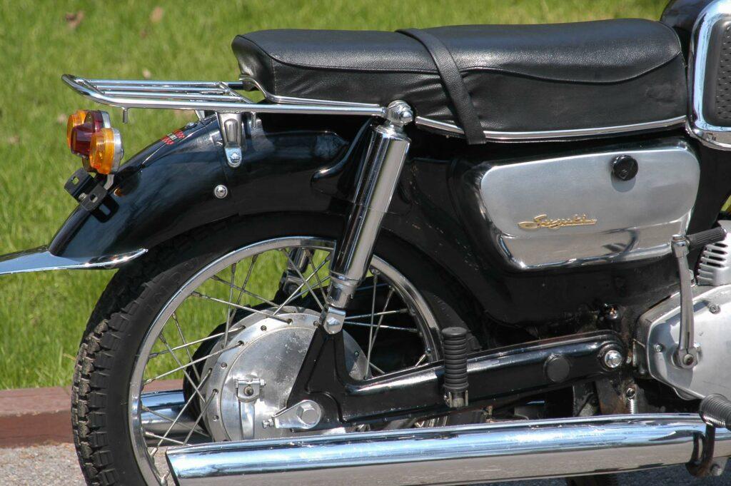 Auch die Hinterradschwinge der Suzuki T10 bestand aus Pressteilen